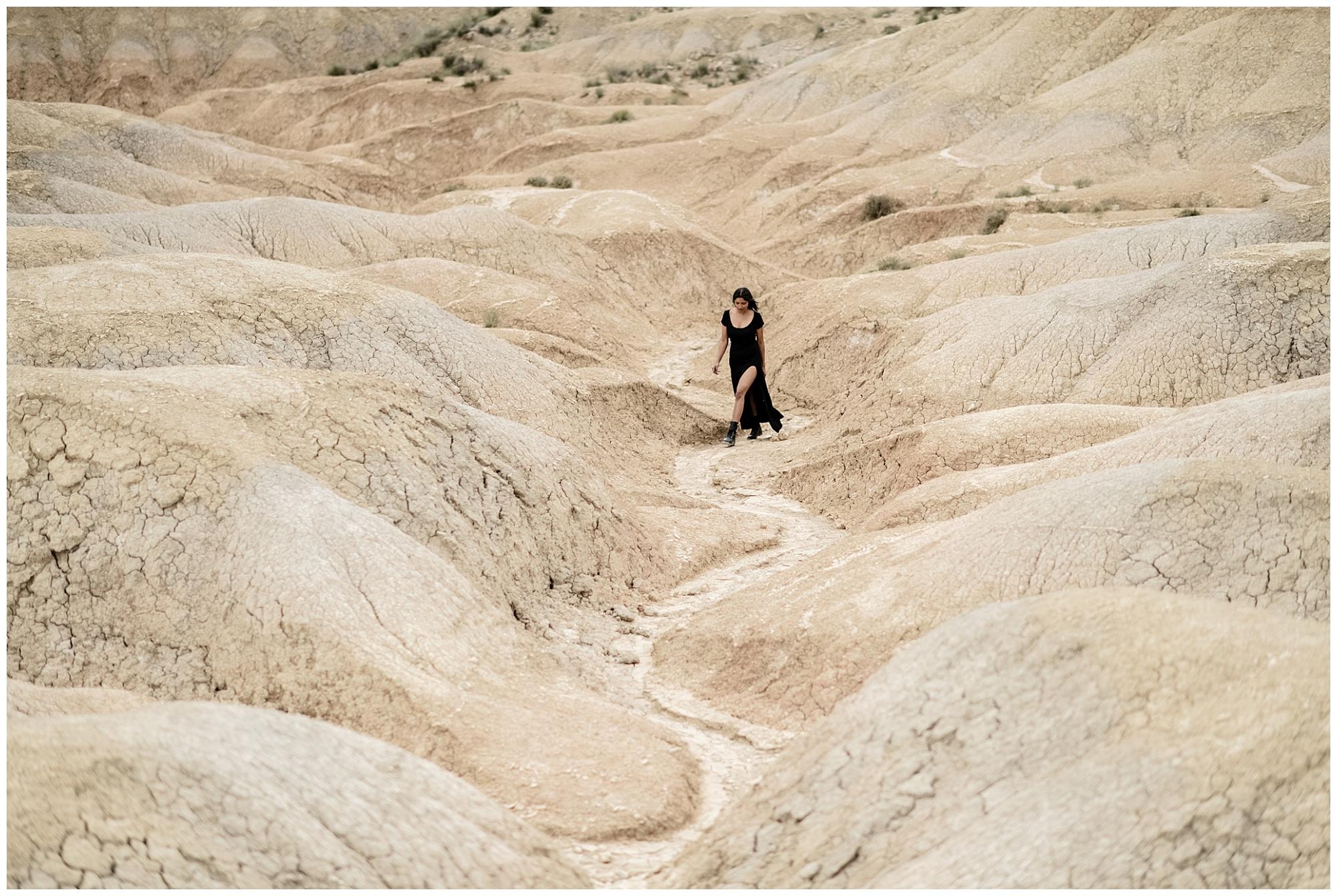 Deux amoureux dans le désert en Espagne